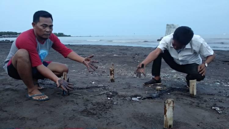 CuplikCom-Badai-Limbah-Minyak-Mentah-Hantam-Pantai-Karangsong,-Pengelola-Pariwisata-Menjerit-24102020095905-IMG_20201024_095443.jpg