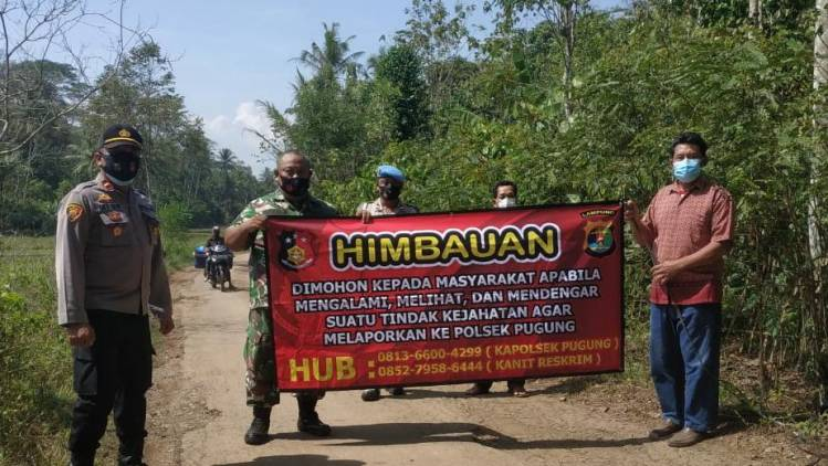 CuplikCom-Polsek-Pugung-Bersama-TNI-Dan-Tokoh-Masyarakat-Sebar-Banner-Cegah-Tindak-Pidana-20112020095612-IMG-20201120-WA0029.jpg